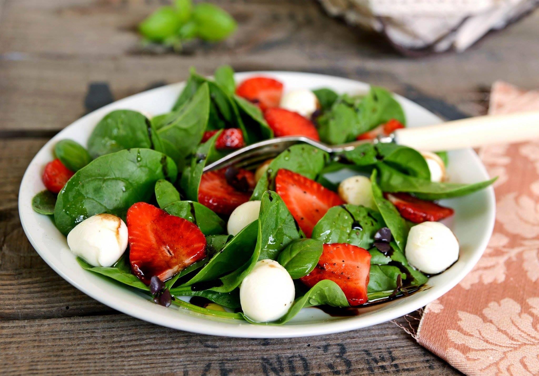 Balzsamecetes paradicsom-újhagyma-spenót saláta