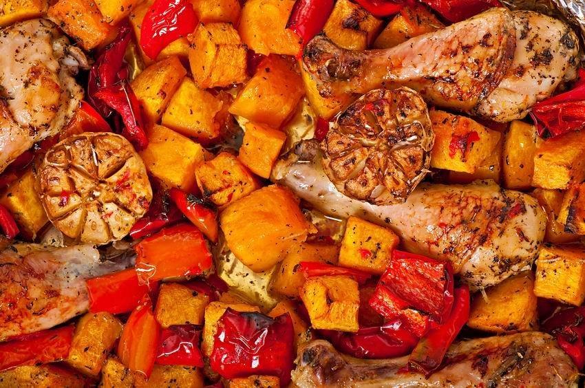 Tepsis csirke színesen, sütőtökkel és paprikával